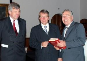 De Nederlands-Caribische politiegeschiedenis werd 9 december 2011 gepresenteerd in de Rolzaal van het Binnenhof in Den Haag. Exemplaren werden aangeboden aan de minister van Binnenlandse Zaken en Koninkrijksrelaties, mr. J.P.H. Donner, en aan de minister van Veiligheid en Justitie, mr. I.W. Opstelten.