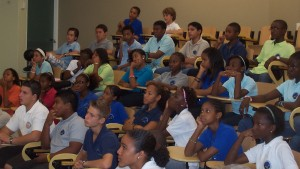 Aandachtig luisterende leerlingen van P.S.C. tijdens de presentatie van  De andere zijde van de zon.