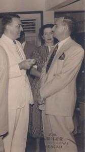 P.C. Henriquez in gesprek met Chris J.H. Engels en Lucila Boskaljon juni 1952 - collectie J. Veldhuis - rs