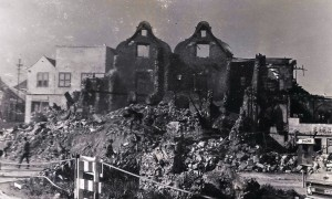 1. Mei 69 - resten van huis van bisschop aan Otrobandazijde - marinefotograaf - coll. Smit