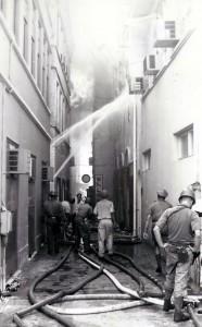 2. Mei 69 - blussen branden in Punda - marinefotograaf - coll. Smit
