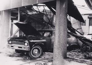 4. Mei 69 - ravage bij Ford dealer op Salinja - marinefotograaf - coll. Smit