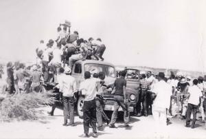 8. Mei 69 - plundering vrachtwagen Emancipastieboulevard - marinefotograaf - coll. Smit